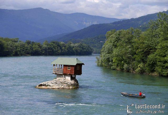 خانه کوچک روی صخره رودخانه خروشان