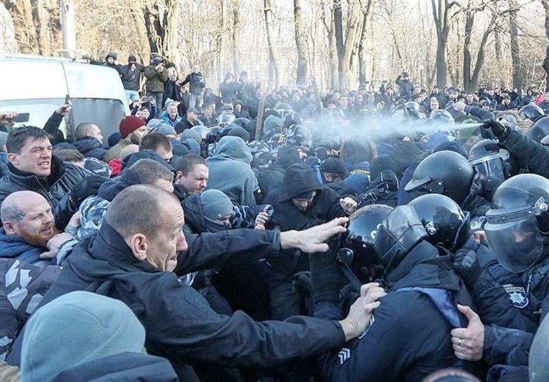 درگیری شدید نیروهای پلیس با معترضان مقابل مجلس اوکراین