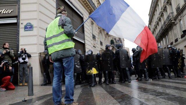 پلیس فرانسه به سوی معترضان در پاریس گاز اشک آور شلیک کرد